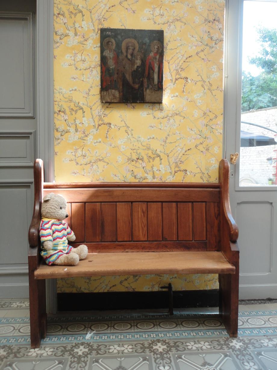 Patapouf, l'ours de l'Est, sur son banc