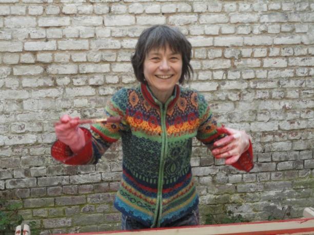 Isabelle peint les croisillons en rouge